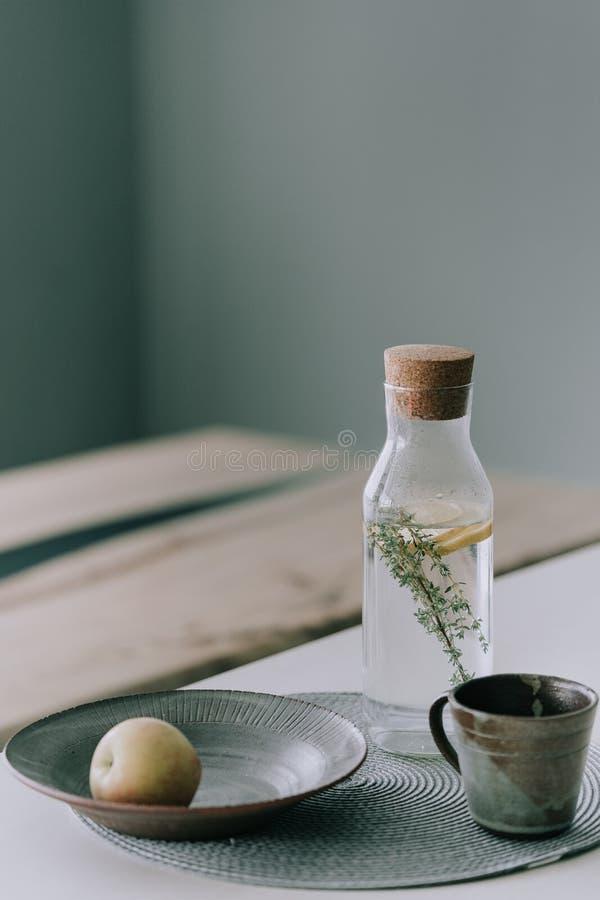 Natchnąca woda z cytryną i macierzanką obrazy stock