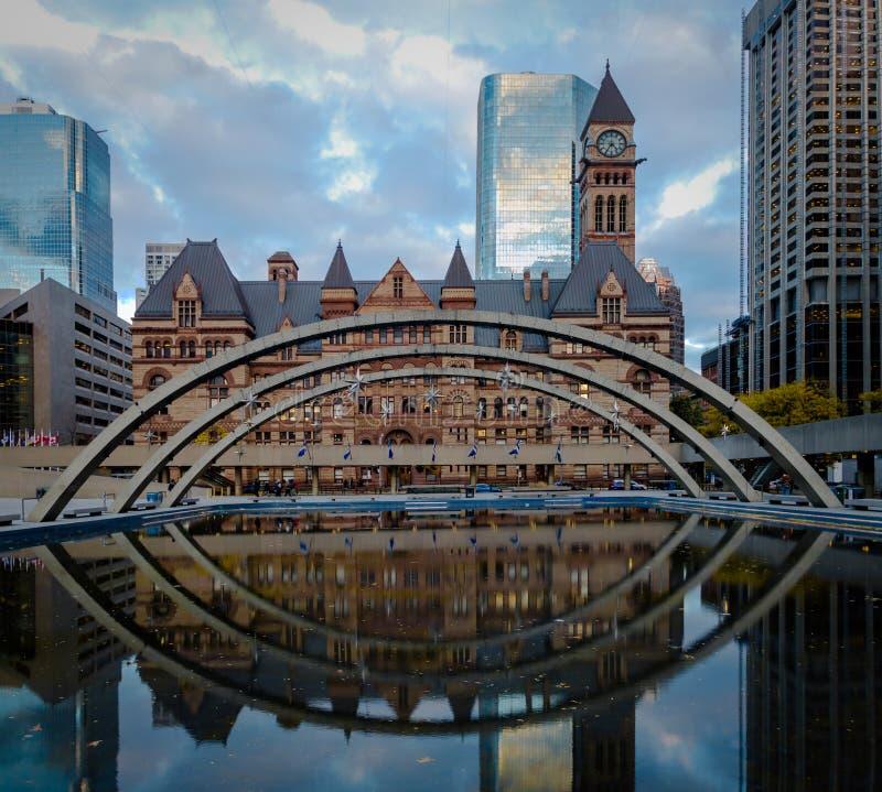 Nathan Phillips Square y viejo ayuntamiento - Toronto, Ontario, Canadá foto de archivo