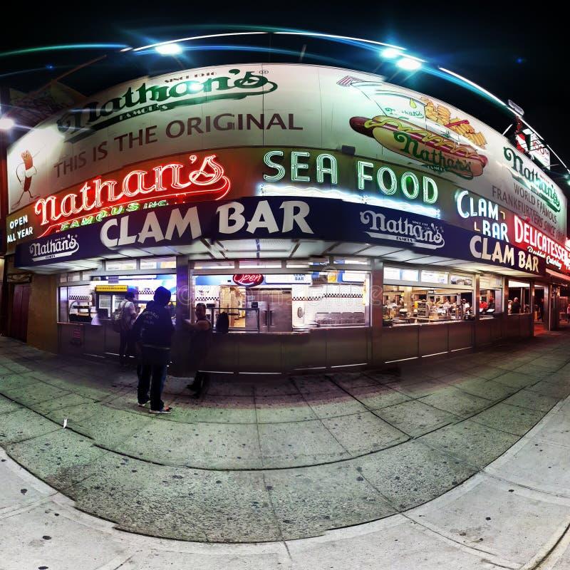 Nathan& x27; s Beroemde Hotdog royalty-vrije stock afbeelding