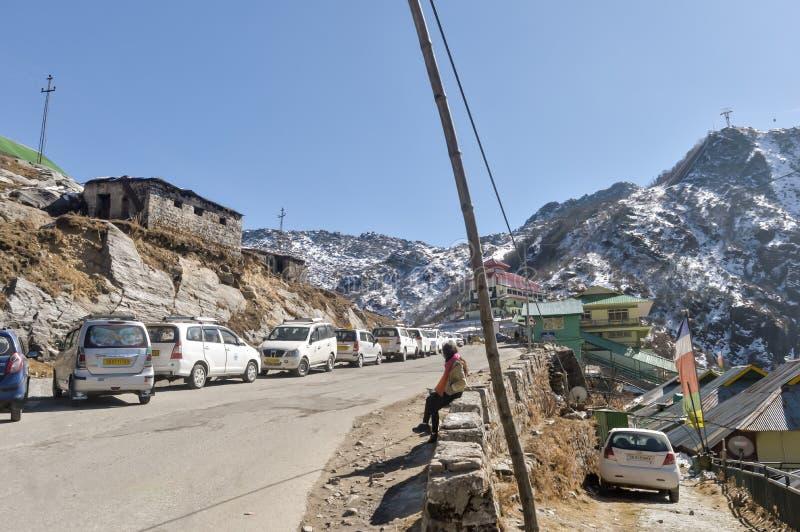 Nathula passerande, Gangtok, Sikkim, 1st Januari 2019: Turist- bil som parkeras i linje nära vägen av passerandet för berg för Na royaltyfria bilder
