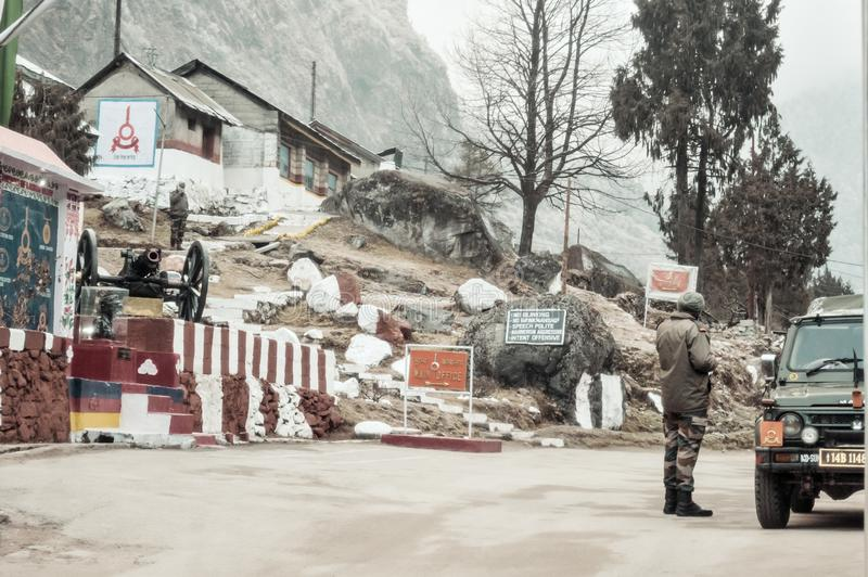 Nathula, Sikkim, Januari 2019: Een Indische BSF-legermajoor let op Indische post bij een 14.500 Voet hoge bergpas stock afbeeldingen