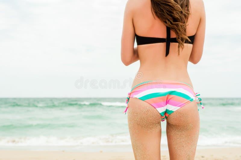 Natiche sabbiose sexy della donna fotografia stock libera da diritti