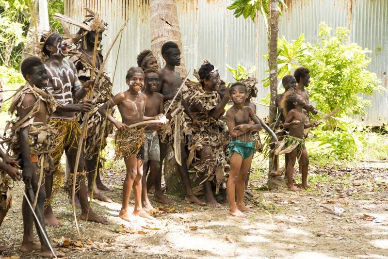 Natifs - garçons et jeunes hommes - avec des arcs, speers, Solomon Islands, océan de South Pacific images libres de droits