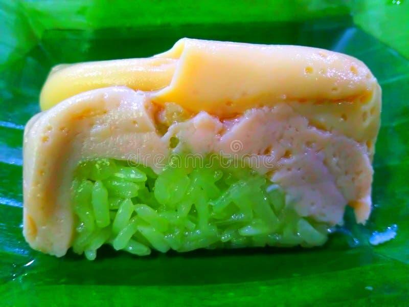 Natillas tailandesas con arroz pegajoso del coco dulce foto de archivo