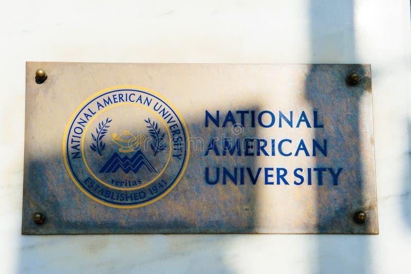 Nationaal Amerikaans Universitair teken op de voorgevel van de bouw van ingang stock foto's