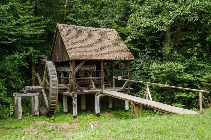 Nationaal Astra Museum in Sibiu - Oud hout watermill royalty-vrije stock afbeeldingen