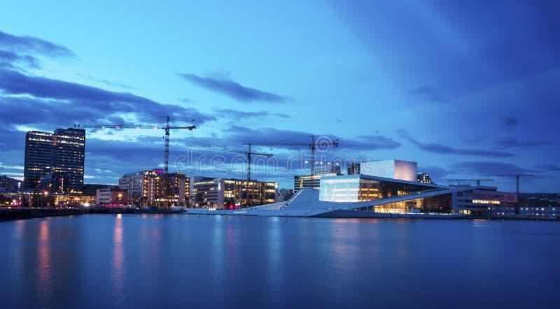 Nationaal de Operahuis van Oslo bij zonsondergang op 27 Juli, 2016 Het de Operahuis werd van Oslo geopend op 12 April, 2008 in Os stock foto's