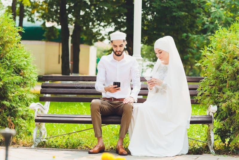 Nationaal huwelijk Bruid en bruidegom Huwelijks moslimpaar tijdens de huwelijksceremonie Moslimhuwelijk royalty-vrije stock foto