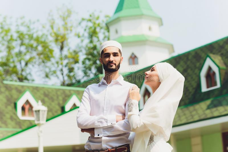 Nationaal huwelijk Bruid en bruidegom Huwelijks moslimpaar tijdens de huwelijksceremonie Moslimhuwelijk stock foto