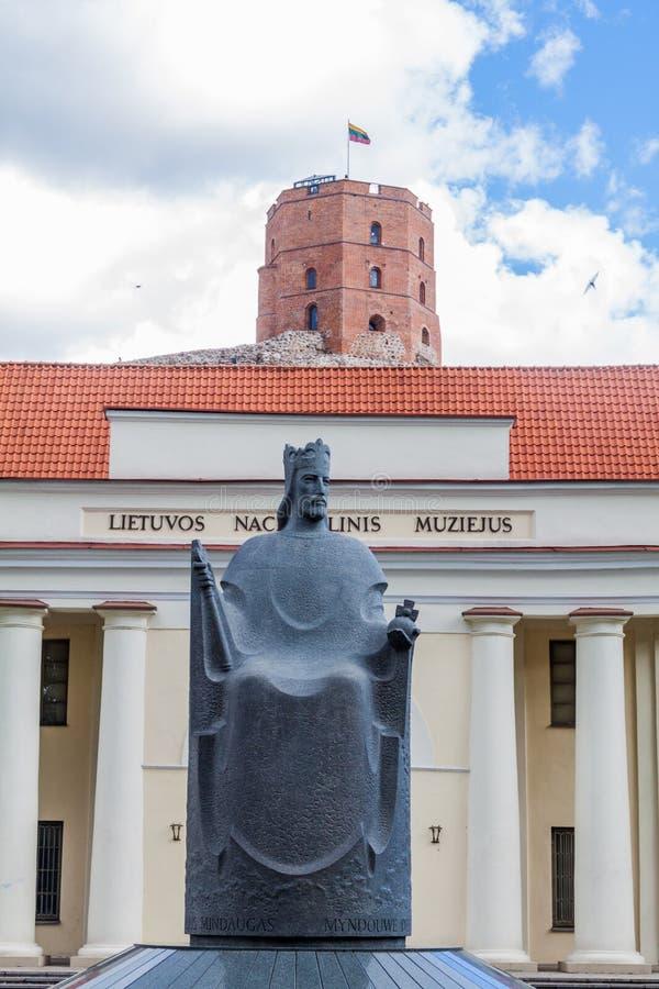 Nationaal Museum van Litouwen in Vilnius, Litouwen Standbeeld van Mindaugas, de eerste bekende Grote Hertog van Litouwen Toren royalty-vrije stock foto's