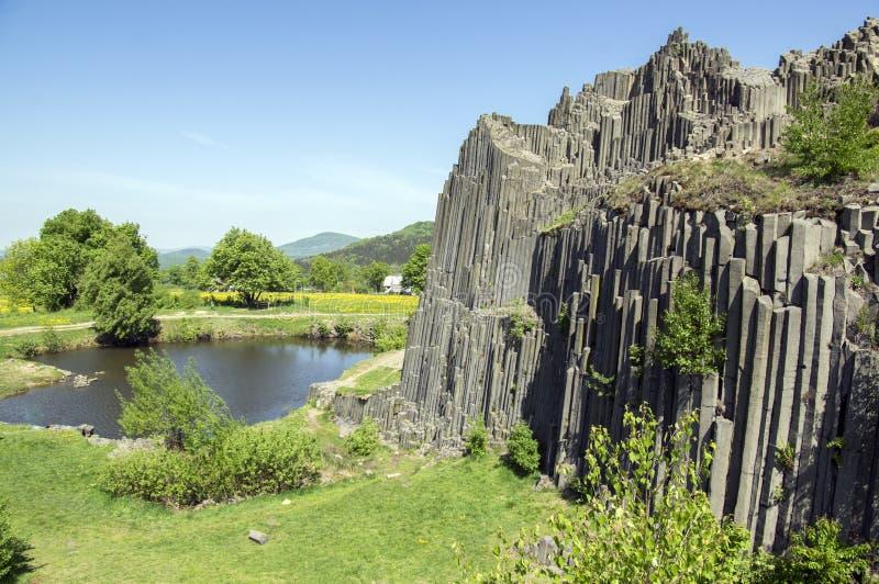 Nationaal Natuurlijk Monument genoemd Panska-skala, zuilvormige verbonden basaltrots in het dorp van Kamenicky senov in Tsjechisc royalty-vrije stock afbeelding
