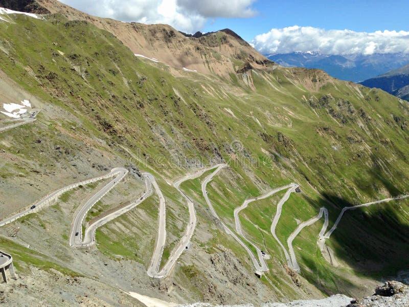 Nationaal park Stelvio Krommeweg in bergen stock afbeeldingen