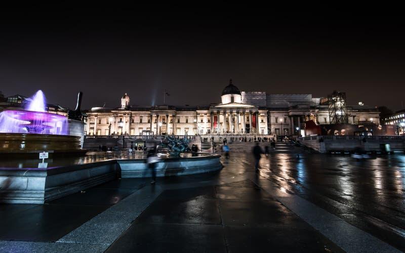National Gallery en Trafalgar Square en Londres en la noche fotos de archivo