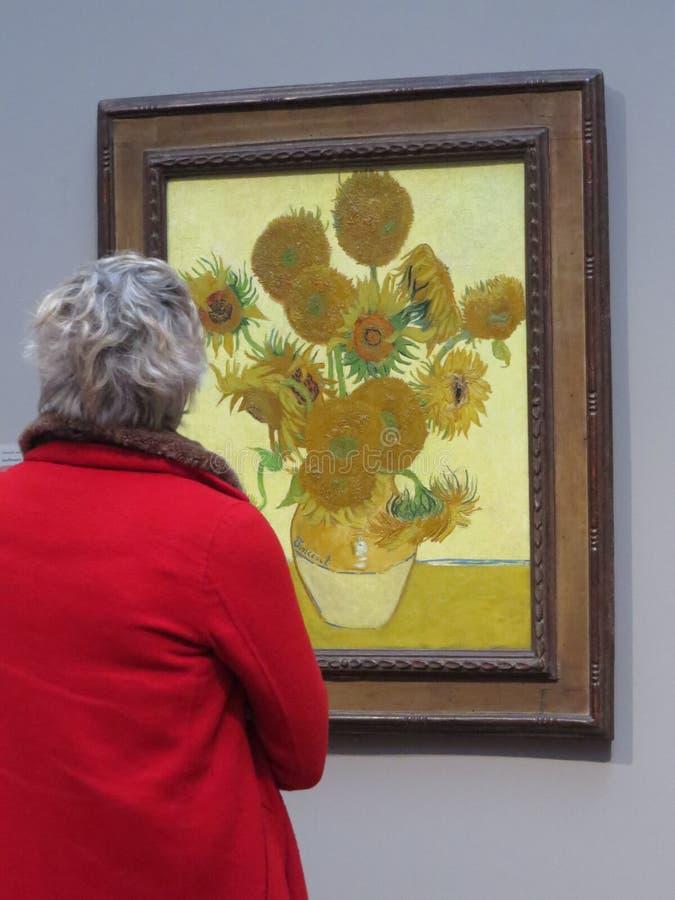 National Gallery, Londres Una señora roja de la capa wathing Vincent van Gogh imagenes de archivo