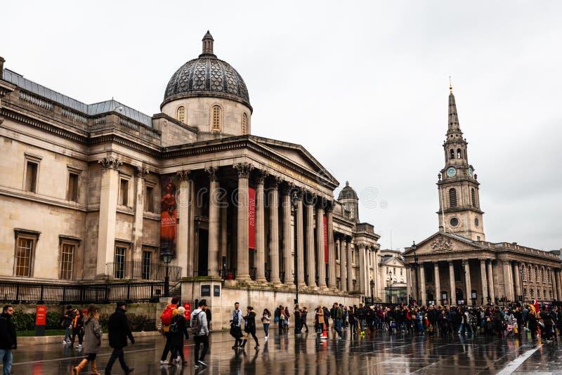 National Gallery och St-Svala-i--fält kyrka i London arkivfoto