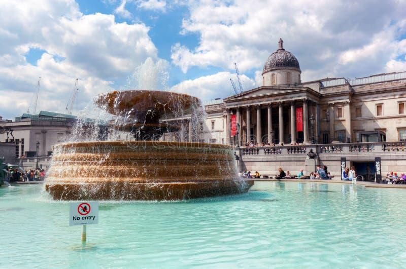 National Gallery på den Trafalgar fyrkanten i London, UK Springbrunn i förgrunden arkivbilder