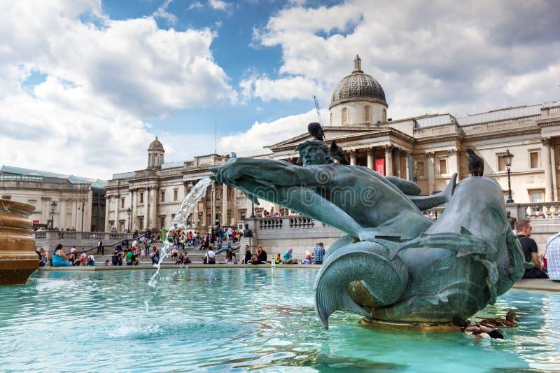 National Gallery på den Trafalgar fyrkanten i London, UK Springbrunn i förgrunden royaltyfria bilder