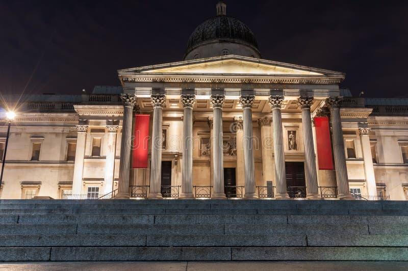 National Galleryingången i London på natten arkivbild