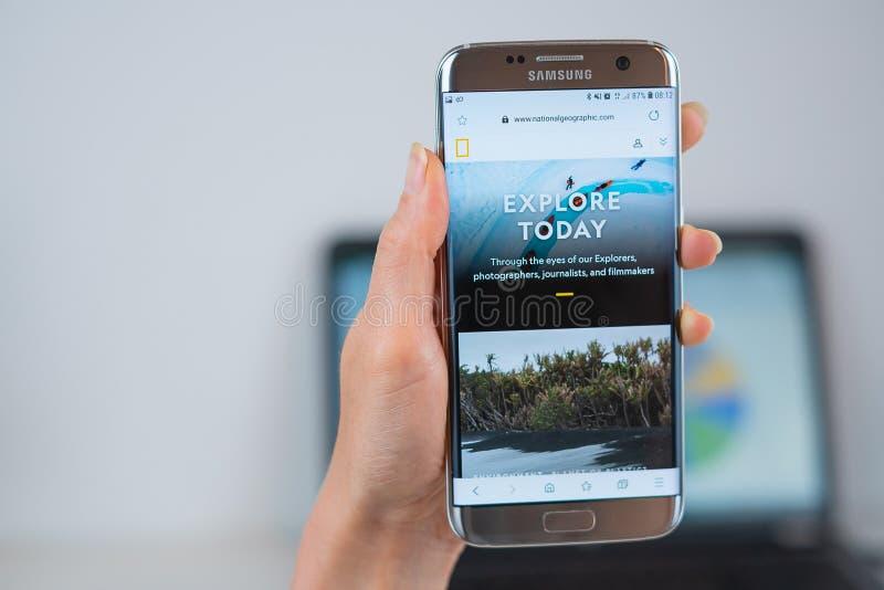 National Geographic webbplats som ?ppnas p? mobilen fotografering för bildbyråer