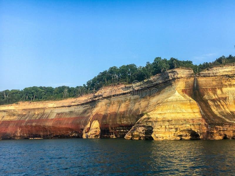 National Shoreline von Pictures Rocks mit den dunklen kalten Gewässern des Superior-Sees stockbilder