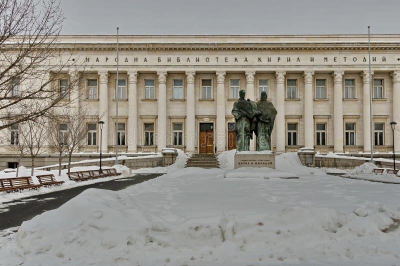 Nationalbibliothek Cyril und Methoduis im Winter mit Skulptur von Cyril und von Methoduis stockfoto