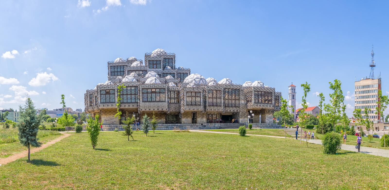 Nationalbibliothek in Pristina lizenzfreie stockfotografie