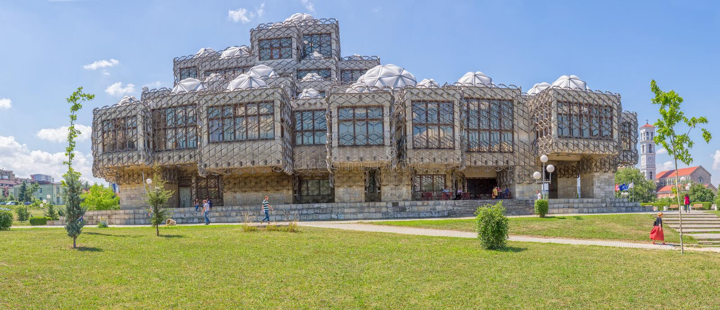 Nationalbibliothek in Pristina panoramisch stockfotos