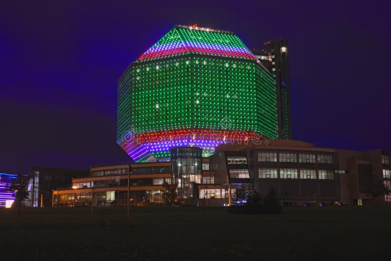 Nationale Bibliotheek van Wit-Rusland in Minsk bij nacht stock foto's