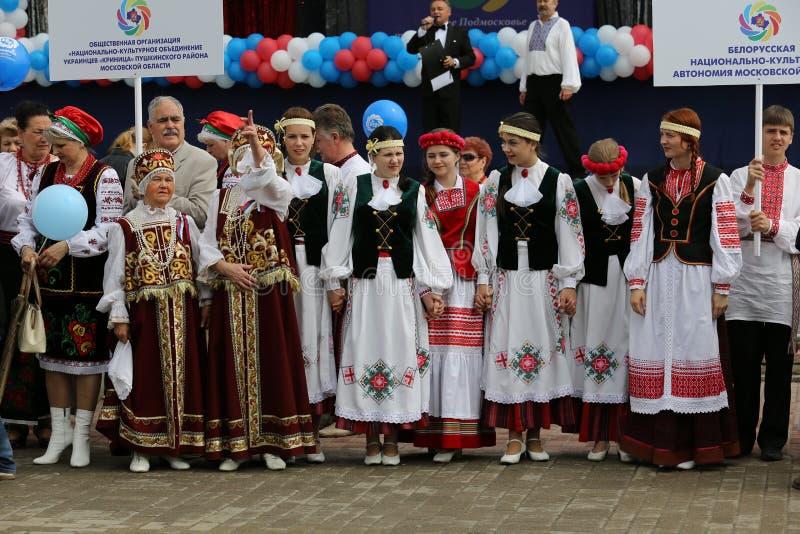 Nationale collective bij de VI Assemblage van de mensen van het gebied van Moskou stock afbeelding