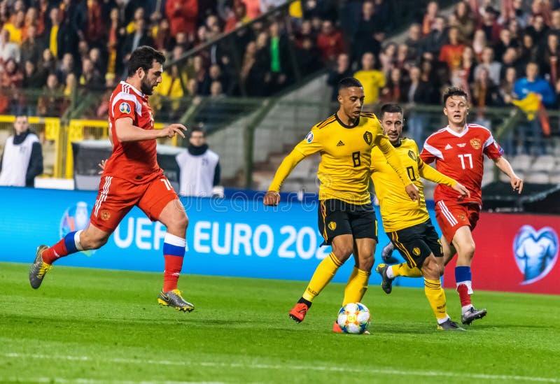 Nationale Fußballmannschaftsspieler Youri Thielemans und Eden Hazard Belgiens gegen Russland-Spieler Georgi Dzhikiya und Aleksand lizenzfreies stockbild