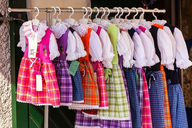 Nationale gestileerde die kostuums voor wijfje in winkelcomplexsto wordt blootgesteld royalty-vrije stock afbeelding