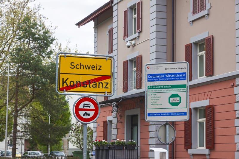 Nationale grens tussen Duitsland en Zwitserland in de stad van Konstanz stock foto's