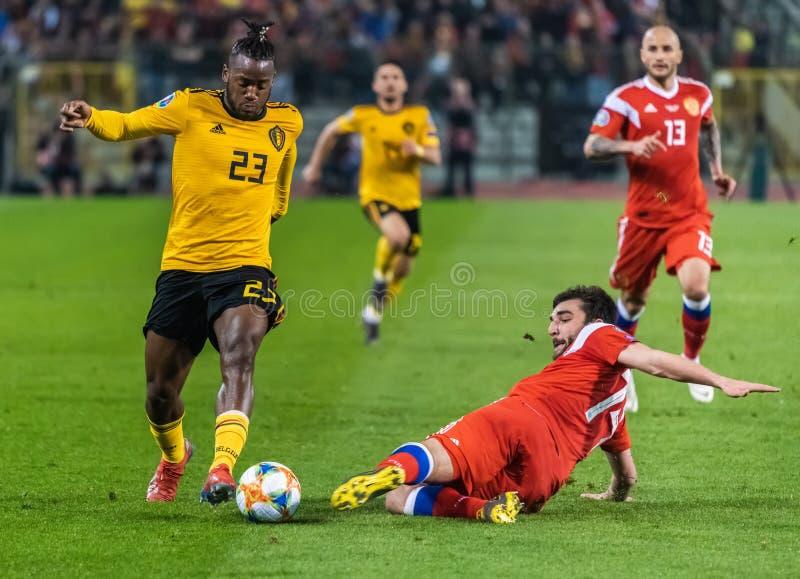 Nationale het teamverdediger Georgi Dzhikiya die van Rusland tegen België de nationale striker Michy Batshuayi aanpakken van het  stock afbeeldingen
