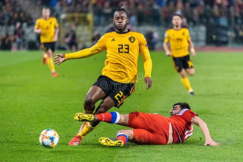 Nationale het teamverdediger Georgi Dzhikiya die van Rusland tegen België de nationale striker Michy Batshuayi aanpakken van het  stock foto's