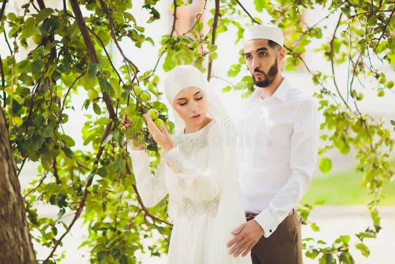 Nationale Hochzeit Braut und Br?utigam Heiratende moslemische Paare w?hrend der Trauung Moslemische Heirat lizenzfreie stockfotografie