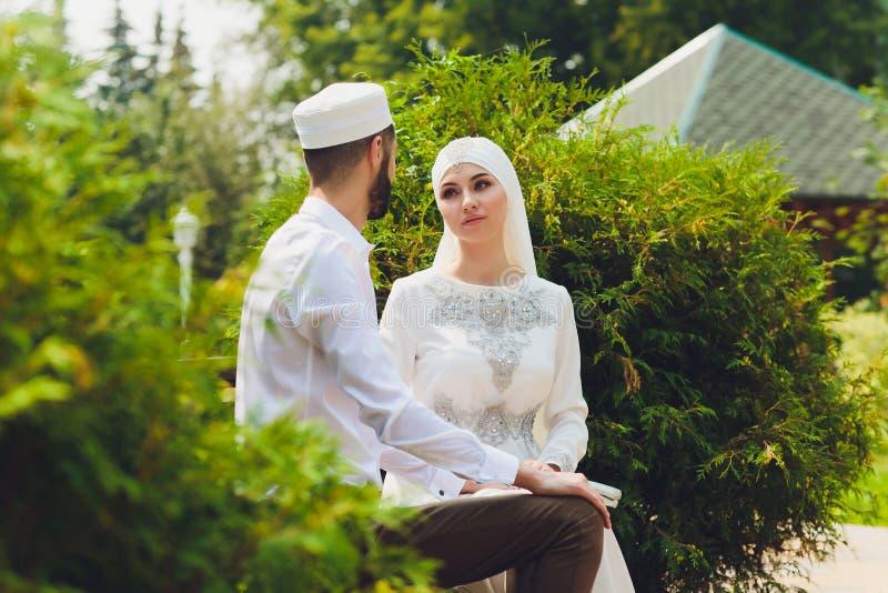 Nationale Hochzeit Braut und Br?utigam Heiratende moslemische Paare w?hrend der Trauung Moslemische Heirat lizenzfreies stockbild