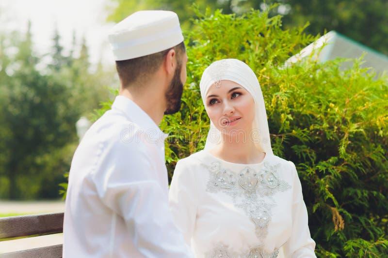 Nationale Hochzeit Braut und Br?utigam Heiratende moslemische Paare w?hrend der Trauung Moslemische Heirat lizenzfreie stockbilder