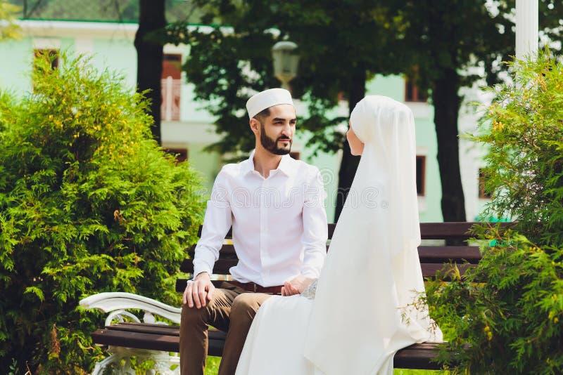 Nationale Hochzeit Braut und Br?utigam Heiratende moslemische Paare w?hrend der Trauung Moslemische Heirat stockbild