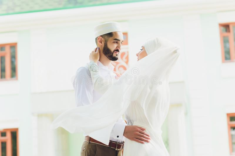 Nationale Hochzeit Braut und Br?utigam Heiratende moslemische Paare w?hrend der Trauung Moslemische Heirat stockbilder