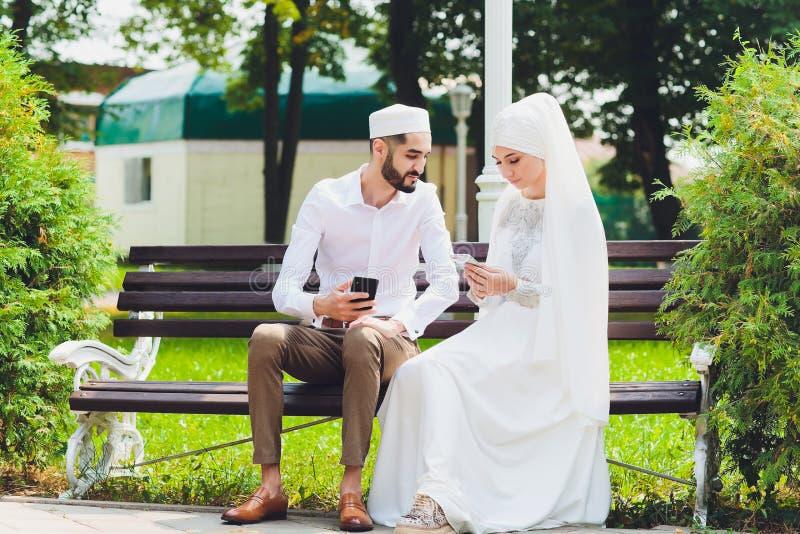 Nationale Hochzeit Braut und Br?utigam Heiratende moslemische Paare w?hrend der Trauung Moslemische Heirat stockfotos