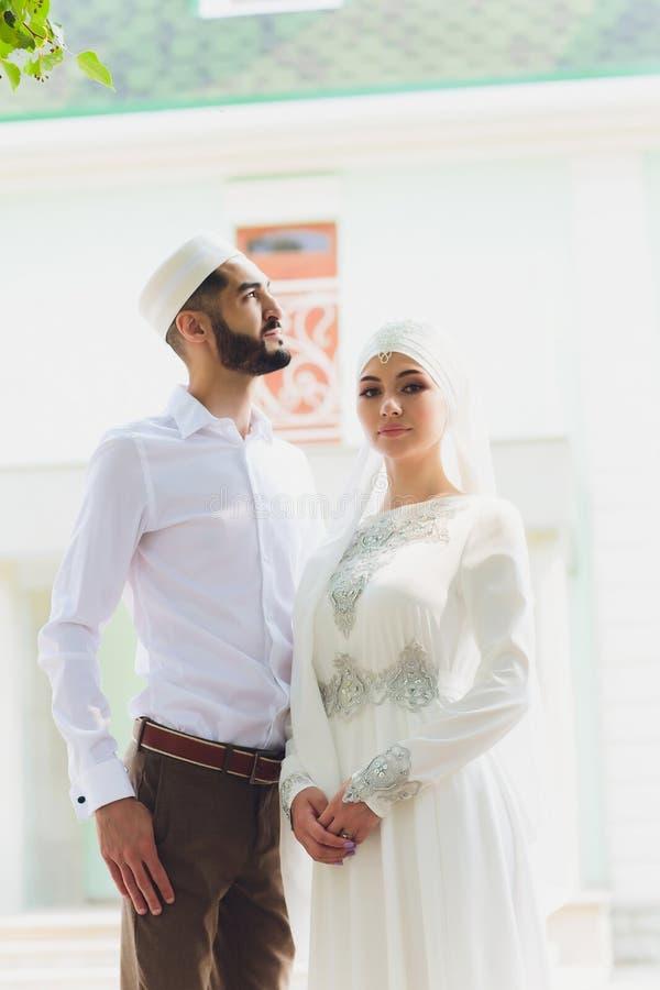 Nationale Hochzeit Braut und Br?utigam Heiratende moslemische Paare w?hrend der Trauung Moslemische Heirat stockfotografie