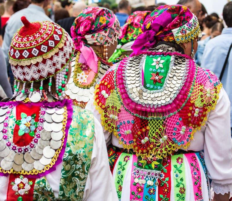 Nationale kostuums van de volkeren van Rusland stock foto's