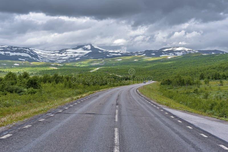 Nationale Straße 95 in Schweden in der Annäherung der norwegischen Grenze Merkenisvuopmekietje Tundrawaldtäler und skandinavische lizenzfreie stockbilder