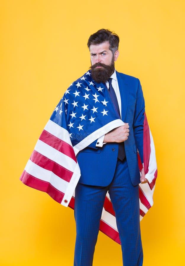 Nationale Trots Gebaarde mens die nationale vlag van de V.S. op formalwear dragen Het zekere zakenman nationaal vieren stock foto