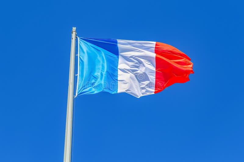 Nationale vlag die van Frankrijk en in de wind golven blazen royalty-vrije stock afbeelding