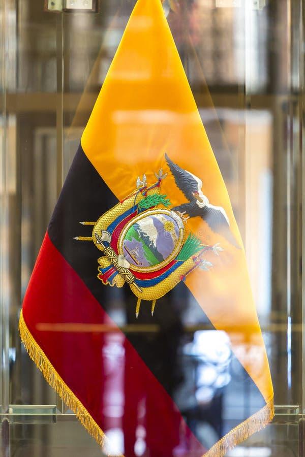 Nationale vlag van Ecuador met bezinningen in Quito royalty-vrije stock afbeeldingen