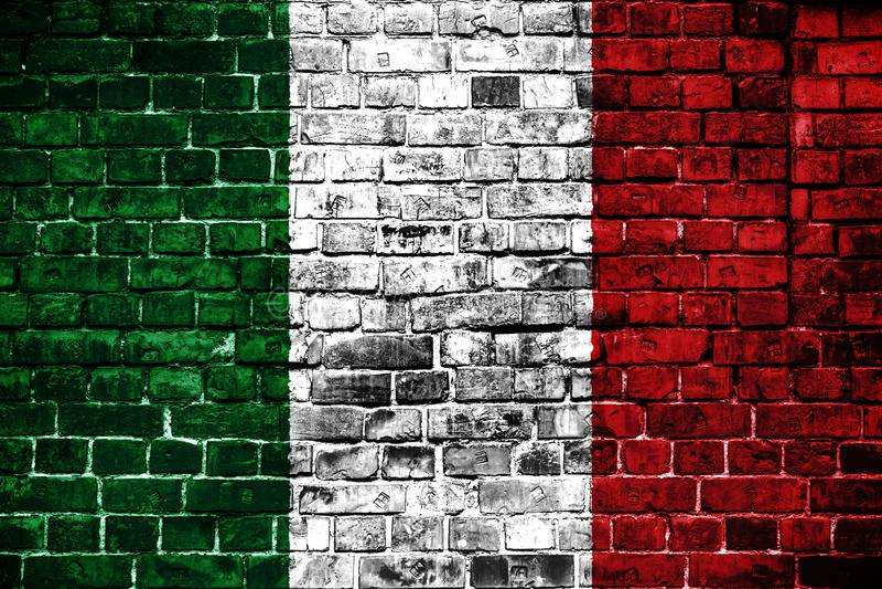 Nationale vlag van Italië op een baksteenachtergrond royalty-vrije stock foto