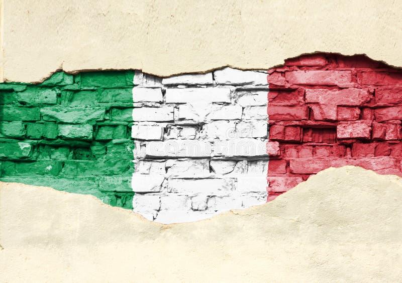 Nationale vlag van Italië op een baksteenachtergrond Bakstenen muur met gedeeltelijk vernietigde pleister, achtergrond of textuur stock foto