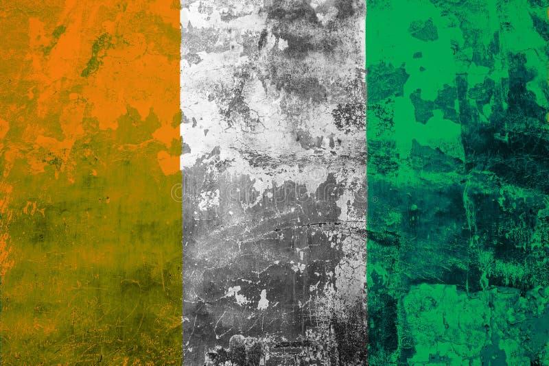 Nationale vlag van Kooi D ` Ivoire op de achtergrond van de oude muur royalty-vrije illustratie
