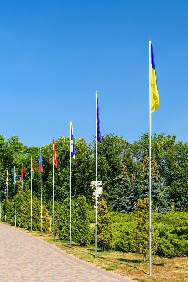 Nationale vlaggen van de verschillende landen in stadspark van Myrhorod, de Oekraïne stock fotografie